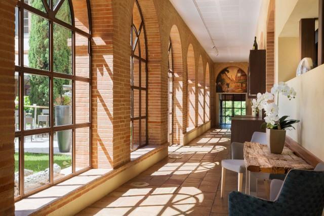 Une image contenant intérieur, bâtiment, fenêtre, plancher  Description générée automatiquement