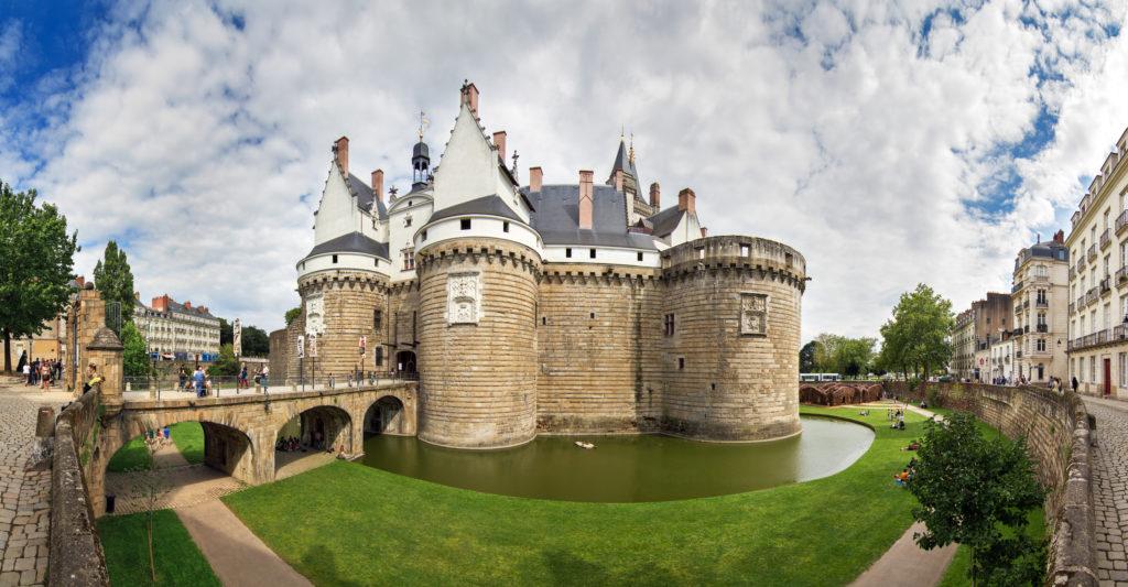 Une image contenant bâtiment, herbe, extérieur, château  Description générée automatiquement