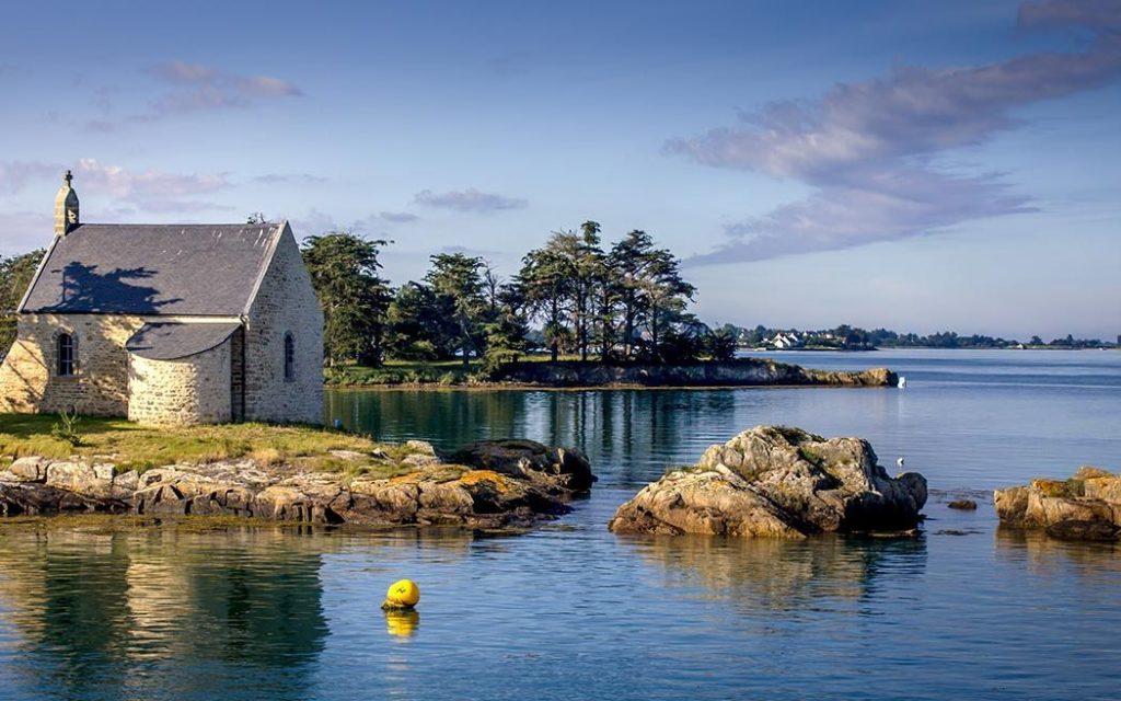 Une image contenant eau, extérieur, ciel, maison  Description générée automatiquement