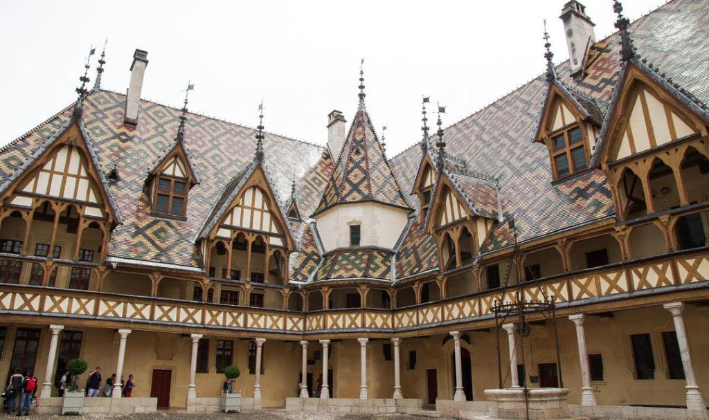 Une image contenant bâtiment, extérieur, vieux, toit  Description générée automatiquement