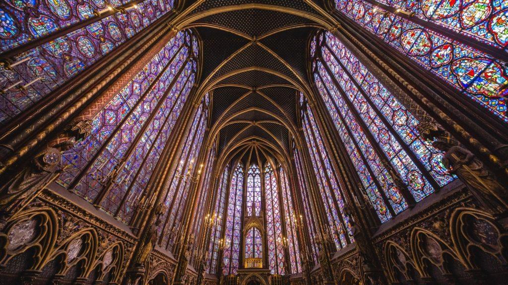 Une image contenant bâtiment, intérieur, autel, plusieurs  Description générée automatiquement