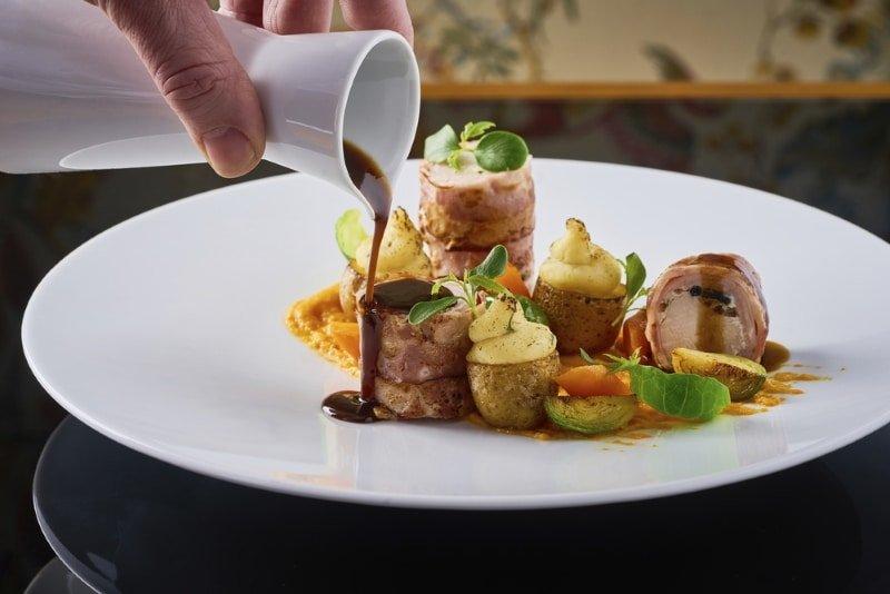 Une image contenant assiette, table, alimentation, intérieur  Description générée automatiquement