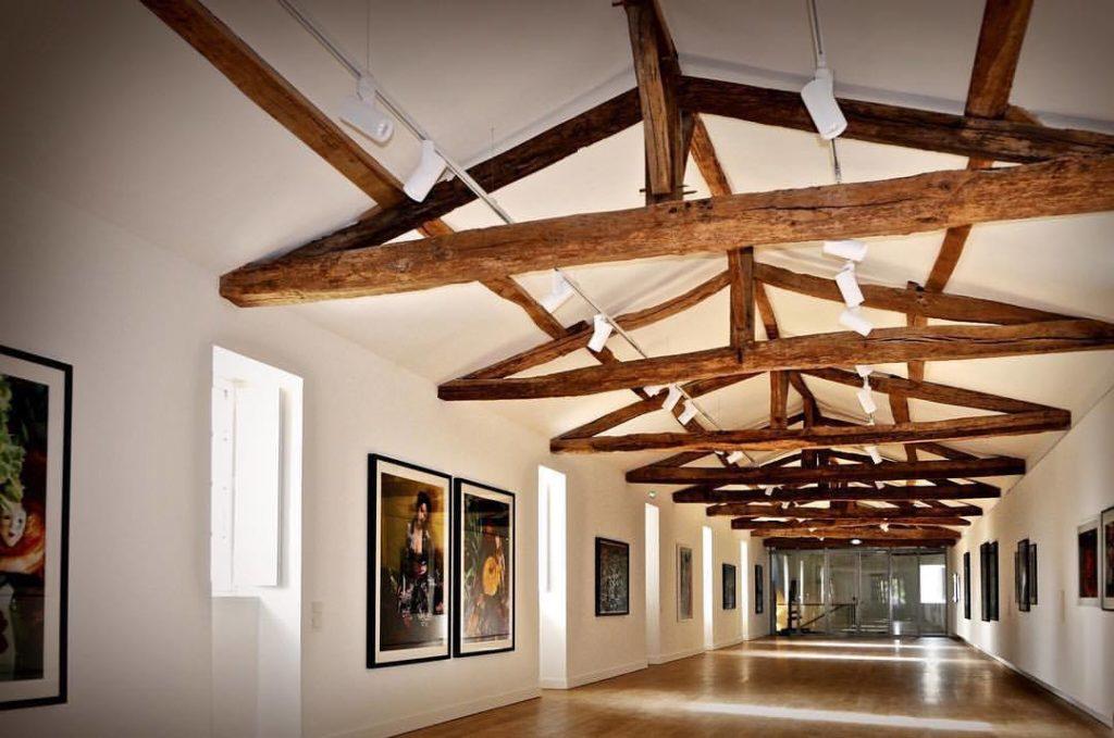 Une image contenant intérieur, mur, plafond, bois  Description générée automatiquement